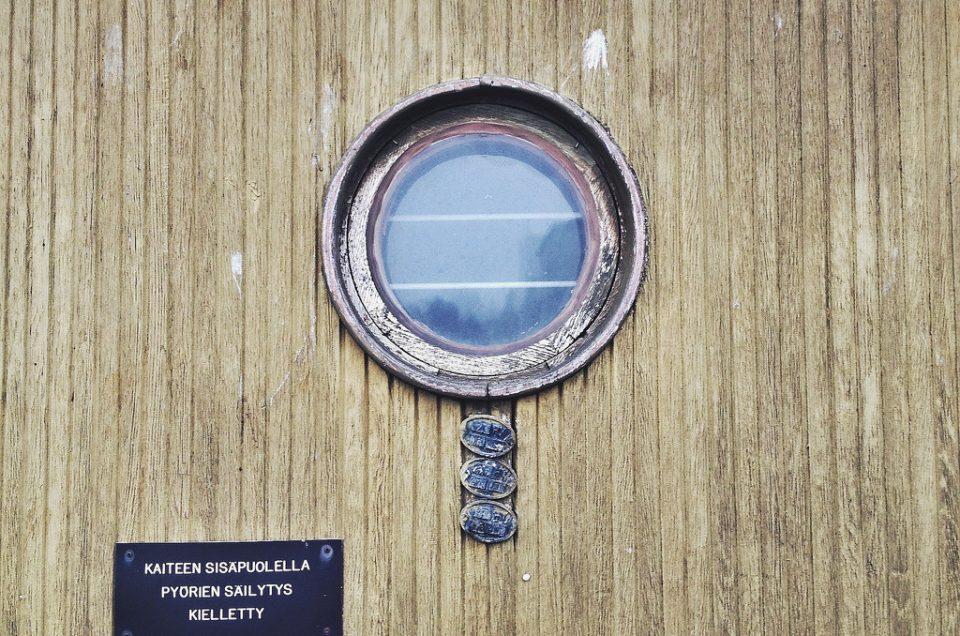 Punainen pipo Suomenlinnan majakalla