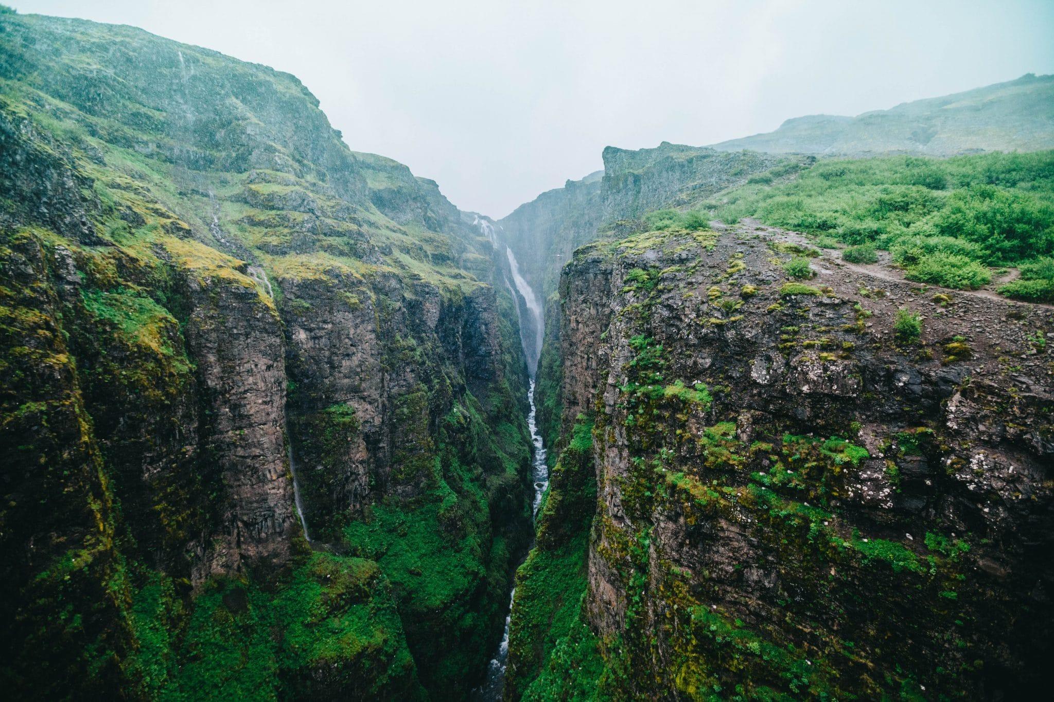 Islanti - Kaatosateessa Glymurin vesiputoukselle