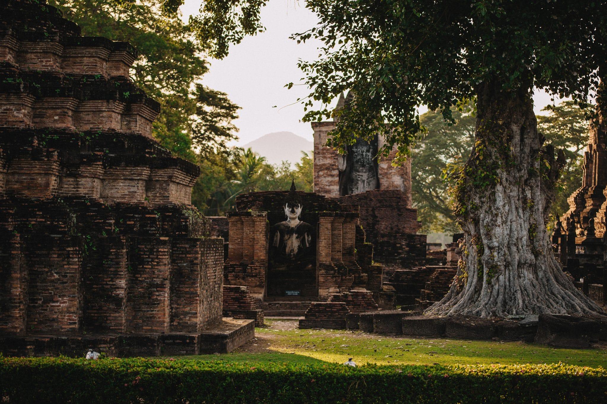 Universumin suojissa Sukhothain raunioissa