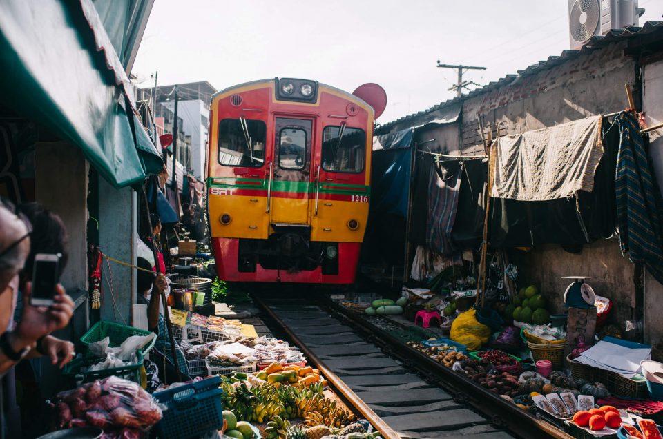 Aamuostoksilla Maeklong Railway Marketissa